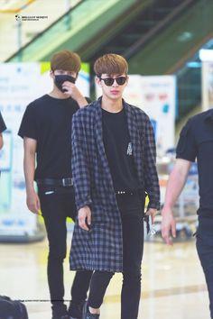 Yunhyeong #iKON Korean Fashion Men, Mens Fashion, Ikon Songs, Chanwoo Ikon, Airport Style, Airport Fashion, Who Is Next, Japan Fashion, Mix Match