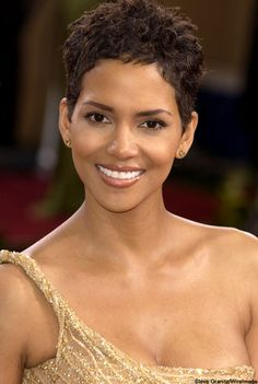 Halle Berry - Born on 14 August 1966 in Cleveland, Ohio (USA). Birth name was Maria Halle Berry. Halle Berry Sexy, Halle Berry Style, Hally Berry, Natural Hair Styles, Short Hair Styles, Bond Girls, Pixie Hairstyles, Beautiful Black Women, Beautiful Celebrities