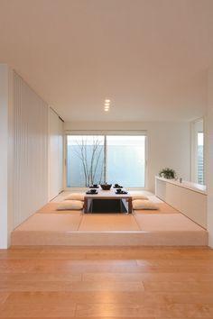 和のステージリビングともいえる茶の間リビング。床を高くすることで建具なしでも独立した空間を生み出し、客間としてはもちろん、家族だんらんの場としてもくつろげます。暖房と掘りごたつでいつでも快適な心地よさです。