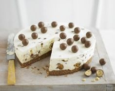 Make Maltesers rich, creamy cheesecake recipe filled with crispy chocolate and honeycomb chunks for a brilliant party treat (Apple Cheesecake Recipes) Creamy Cheesecake Recipe, Cheesecake Recipes, Dessert Recipes, Apple Cheesecake, Yummy Treats, Delicious Desserts, Sweet Treats, Malteaser Cheesecake, Malteser Cake