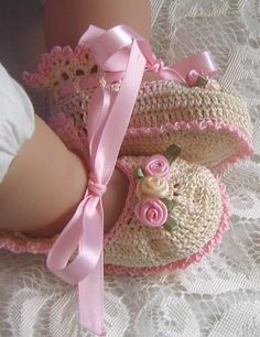 Crochet Baby Booties / Those are truly precious. Not white actually but I don't have pink and cream Crochet Crafts, Crochet Projects, Knit Crochet, Crochet Food, Chrochet, Crochet Baby Booties, Crochet Slippers, Baby Slippers, Baby Patterns