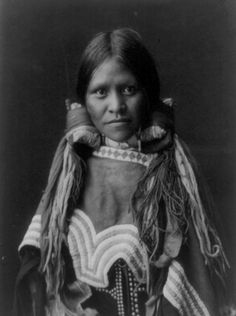 This web page includes an unusual Head-and-shoulders portrait of Navajo Indian child, facing front, blanket around back of head and shoulders, and a nice collection of historic photos. Native American Children, Native American Beauty, Native American Photos, Native American History, American Indians, American Lady, Navajo, Cherokee, Into The West