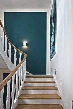 Hier Sehen Sie, Wie Ein Treppenhaus Aus Den Jahren Durch Den Einsatz Von  Licht, Farbe Und Renovierung Der Holzelemente Revitalisiert Wurde