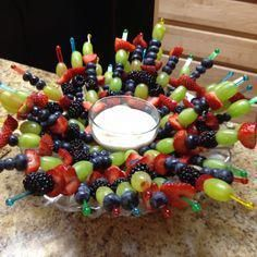 21 Ideas for fruit skewers ideas christmas Party Trays, Snacks Für Party, Appetizers For Party, Breakfast Appetizers, Kreative Snacks, Fruit Skewers, Dessert Aux Fruits, Fruit Displays, Edible Arrangements
