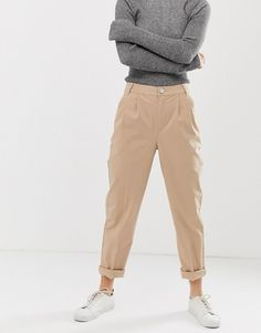 Browse online for the newest ASOS DESIGN Petite chino pants styles. Shop easier with ASOS' multiple payments and return options (Ts&Cs apply). Petite Fashion Tips, Petite Outfits, Trendy Outfits, Cool Outfits, Beautiful Outfits, Outfit Invierno, Beige Outfit, Foto Casual, Outfits Mujer