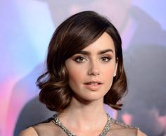 Vintage Hairstyles Curls Lily Collins - Bob hairstyles are seriously hot. Check out some of our favourite celebrity bob hairstyles - and remember to save the pic to show your hairdresser. Lily Collins Short Hair, Lily Collins Bob, Lily Collins Haircut, Curled Bob Hairstyle, Bob Updo, Bun Hair, Line Bob Haircut, Chic Hairstyles, Bob Hairstyles How To Style