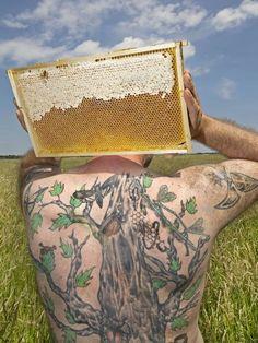 """EYE CATCHER: der Flughafen Hamburg hat seinen eigenen Imker: Ingo Fehr wacht über 200.000 Bienen, die als """"Umweltdetektive"""" im Einsatz sind. Jährlich werden 150 Kilo Bienenhonig geerntet. Award Winner der besten PR-Fotos 2016, Fotograph: Michael Penner"""