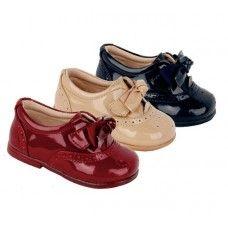 Zapato Inglesito para niños. Marca: Bubble Bobble, modelo 819. Material: charol. Disponible en color arena, marino y burdeos (13.95€).