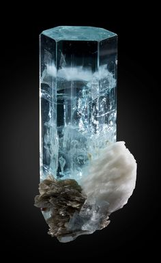 Aigue-marine sur with Cleavelandite and Muscovite Shigar Valley, Skardu District, Baltistan, Northern Areas, Pakistan Minerals And Gemstones, Rocks And Minerals, Aquamarine Gem, Aquamarine Wedding, Beautiful Rocks, Beautiful Pictures, Mineral Stone, Rocks And Gems, Stones And Crystals