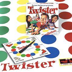 Grappig spel, draai de wijzer en ga op de aangewezen kleur staan met je linker been....weer draaien....rechterhand op rood.....Linkerbeen op....groen.... En zo zat je helemaal in de knoop!   veel pret!