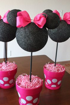 I love this simple Minnie Mouse Party Centerpiece. What a cute Party idea! The Ultimate List of Minnie Mouse Craft Ideas! Cute Minnie Mouse crafts, Disney Party Ideas, DIY Crafts and fun food recipes. Minnie Mouse 1st Birthday, Minnie Mouse Baby Shower, Minnie Baby, Mickey Y Minnie, Mickey Party, Pirate Party, Disney Mickey, 3rd Birthday Parties, Girl Birthday