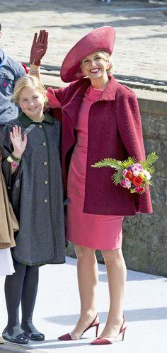 Reina Máxima de Holandajmoda cromatica… La reina Máxima lució un vestido rosa, de Natan, que combinó con abrigo, de Zara, y tocado en tono frambuesa.