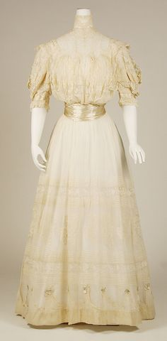 Dress Date: 1903 Culture: French Medium: cotton, silk Dimensions: Length at CF: 60 in. cm) Credit Line: Gift of Mrs. William Floyd Nichols and Mrs. 1900s Fashion, Edwardian Fashion, Vintage Fashion, Robes Vintage, Vintage Dresses, Vintage Outfits, Antique Clothing, Historical Clothing, Edwardian Clothing