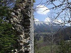 """""""Comme toujours, la vue en Savoie est magnifique !""""... pensais je, assis sur un rempart de ce vieux château de Montbel, tout en mangeant une pomme."""
