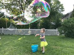 Make the BIGGEST and the BEST bubbles with this simple bubble solution recipe. You'll be the envy of the neighborhood with these giant bubbles! Homemade Bubble Recipe, Homemade Bubbles, How To Make Homemade, Bubble Solution Recipe, Homemade Bubble Solution, Super Bubbles, Giant Bubbles, Projects For Kids, Crafts For Kids