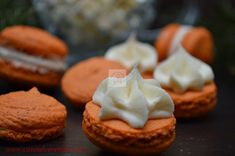 Macarons cu portocale si crema ganache de ciocolata alba