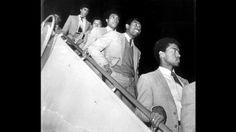 Oblitas, Olachea, Barbadillo y Uribe bajando de un avión.  El diamante jugo en el Junior de Barranquilla, America de Cali, America de México y el Cagliari.
