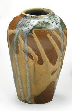 Eugène LION (Saint-Amand-en-Puisay) (1867 - 1945) Vase en grès de forme ovoide à couverte émaillée de longues coulées gris laiteux sur un fond bleu, marron foncé et marron clair Signature incisée sous… - Millon & Associés - 02/12/2008
