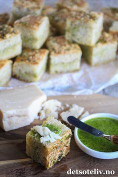 Focaccia med pesto og parmesan | Det søte liv Parmesan, Pesto, Sandwiches, Cheese, Baking, Dessert, Food, Bakken, Deserts
