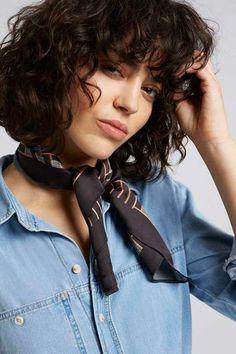 cortes pelo rizado, mujer con corte bob y flequillo regular, camisa de jeans y pañuelo Medium Curly Haircuts, Hairstyles With Bangs, Short Haircuts With Bangs, Cool Hairstyles, Curly Bob With Fringe, Curly Bangs, Curly Hair Cuts, Short Hair Cuts, Hair Bangs