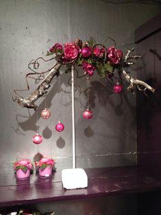 Navidad - arte montado en stand-o kronkeltak reales ponen al día con un poco de verdor y flores artificiales y adornos bonitos colgando sutil al respecto ...!  Por ejemplo por Jan Cees Rove, un ambiente de granja: