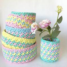 Inspiração fofucha de cestos no meu ponto preferido em candy colours  apaixonantes ❤ #basket #crochet #cestosdemalha #fiosdemalha #trapillo By @madamkirichek