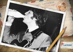 Oggi #LacteaseVintage vuole omaggiare uno dei grandi geni della musica: #JohnLennon, mitico componente dei #Beatles! Eccolo in questa vecchia #foto degli anni '60 mentre beve del #latte fresco direttamente dalla bottiglia.