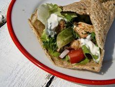 Naleśniki lub tortille gryczane z kurczakiem, warzywami i sosem czosnkowym