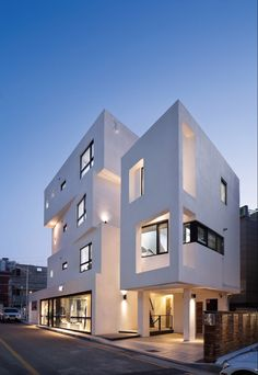Image 7 of 29 from gallery of Inter White / Architects Group RAUM. Photograph by Yoon Joon-hwan Bungalow Haus Design, Modern House Design, Design Exterior, Facade Design, White Building, Building A House, Contemporary Architecture, Architecture Design, Modern Townhouse