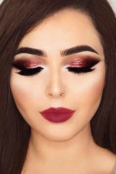 Berry lips and smokey eyes with sparkling eyeshadow is perfect for holiday season. Check out our christmas makeup ideas! Berry lips and smokey eyes with sparkling eyeshadow is perfect for holiday season. Check out our christmas makeup ideas! Sexy Smokey Eye, Smokey Eye Makeup Look, Natural Smokey Eye, Smokey Eyes, Natural Makeup, Makeup Looks For Brown Eyes, Natural Brown, Natural Beauty, Berry Makeup