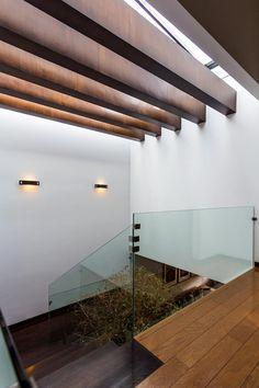Corredores, halls e escadas modernos por aaestudio Halls, Bathroom Design Luxury, Mid Century House, Diy Garden Decor, House Goals, Ceiling Design, Skylight, Stairways, My Dream Home