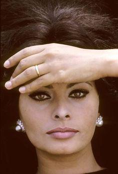 sophia Loren, beautiful, color close-up of her face Old Hollywood Stars, Hollywood Glamour, Classic Hollywood, Classic Beauty, Timeless Beauty, Trash Film, Loren Sofia, Sophia Loren Images, Dalida