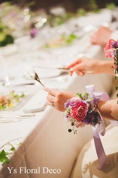 こちらおふたりのお色直しの際のご様子です。メインテーブルにお座りのおふたり。上品な白いガーデニアから、ピンク紫の華やかなバラの装いへイメージチェンジです。...
