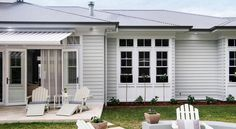 Our Hampton Style Forever Home: What I love most about the Hamptons look House Paint Exterior, Dream House Exterior, Exterior House Colors, Bungalow Exterior, Die Hamptons, Hamptons Style Homes, Weatherboard Exterior, Exterior Color Schemes, Colour Schemes