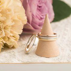 マリッジリング:Trinity(トリニティ) 男性と女性でかたちの違う結婚指輪。男性は平打のシンプルなデザイン。 女性はそれぞれテクスチャとカラーの違う3本のリングを重ねづけ。  [K18 Gold Platinum 900 marriage wedding ウエディング 結婚指輪]