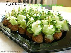 """W zasadzie są to """"zwykłe"""" klopsiki. Tu w wersji mini, nadziane na wykałaczkę i ozdobione cienkimi wstążkami zielonego ogórka. W sam raz na j... Appetizer Salads, Appetizers For Party, Appetizer Recipes, Pork Recipes, Cooking Recipes, Food Fantasy, Party Finger Foods, Appetisers, Food Presentation"""