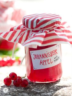 Rotes Johannisbeer-Apfel-Gelee mit Minze – ohne Zucker – feiertäglich…das schöne Leben Healthy Eating Tips, Healthy Nutrition, Fruit Jam, Jam Recipes, Drink Recipes, Vegetable Drinks, Food Menu, Sugar Free, Buffet