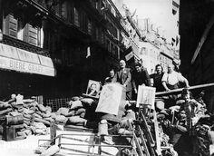 Guerre 1939-1945, Libération de Paris. Barricade affichant les portraits d'Adolf Hitler, de Pierre Laval et de Philippe Pétain. 26 août 1944.
