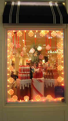 Window Display at Bath and Body Works | Flickr - Photo Sharing. Visual merchandising. Retail store window display. Christmas / holiday.