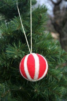 Tűnemezelt karácsonyi gömb (Malnacskaworkroom) - Meska.hu