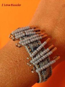 bracciale jeans riciclato con spille da balia