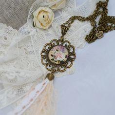 Sautoir Rétro romantique bronze et blanc avec cabochon et pompon en dentelle blanche et imprimé floral : Collier par bohemiasroad
