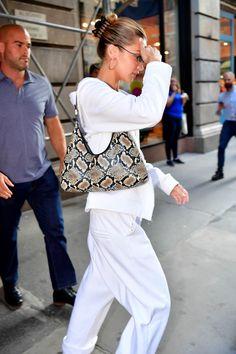 September 2019 (New York) Fashion Bella, Girl Fashion, Fashion Outfits, Bella Hadid Estilo, Mrs Bella, High Fashion Trends, Bella Hadid Outfits, Queens, Nyc Girl