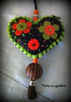 colar coração em feltro bordado com flores e missangas e debroado com pompons