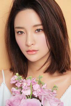 Pink lip color as a beginner-friendly hue asian girl beauty Asian Makeup, Korean Makeup, Korean Beauty, Asian Beauty, Winter Beauty Tips, Beauty Tips For Skin, Beauty Hacks, Hair Beauty, Byun Jungha