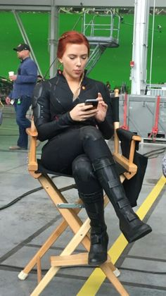 Scarlet on the set of endgame Marvel Women, Marvel Actors, Marvel Dc, Scarlett Johansson, Black Widow Scarlett, Black Widow Natasha, Katy Perry Dress, Black Widow Costume, Natalia Romanova