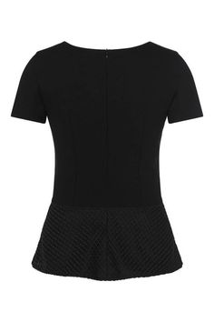 The sophisticated peplum with a finely embroidered mesh texture gives this shirt its innovative look. The stretchy viscose blend and the waisted fit ensure a clean silhouette.