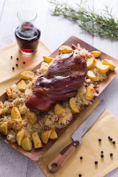 Porta in tavola tutti i profumi e i sapori del Trentino Alto Adige con un secondo piatto da leccarsi i baffi: stinco affumicato con patate e crauti! #Giallozafferano #recipe #ricetta