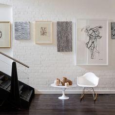 Art hung in a line-> idea para mi pasillo, dos cuadros pequeños sobre la barra de ballet y un cuadro grande a continuación