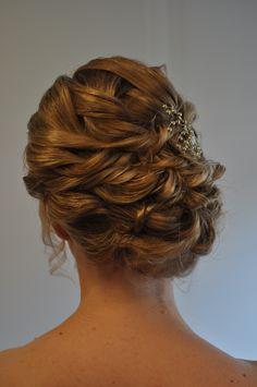 nonchalante bruidskapsel naar de zijkant met krullen. by bruid en beauty almere bridal hair updo